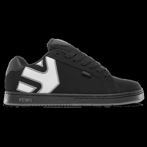 Etnies fekete nubuck gördeszkás cipő, nagy fehér etnies logóval az oldalán