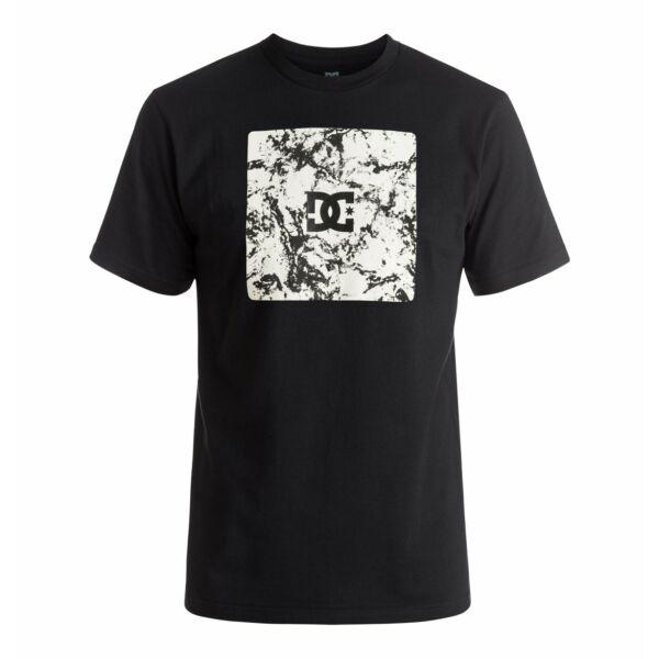 fekete dc póló elején nagy fehér kockában kis fekete dc logóval